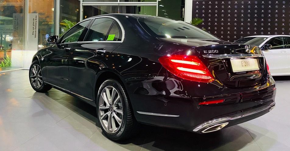 Ngoại thất phong cách lịch lãm, nội thất thì trang bị đầy đủ tiện nghi cao cấp, lại đặc biệt là có mức giá hợp lý chỉ với 2 tỷ 3 là quý vị sẽ sở hữu một chiếc Mercedes E200 Exclusive 2021 này.